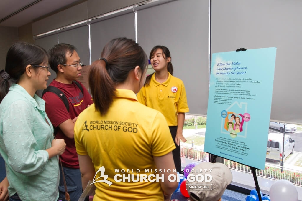World Mission Society Church of God members introducing the basic truths to the participants through the mini-exhibition.