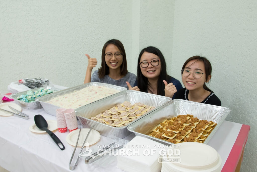 The university students prepared delicious refreshments for the audience to enjoy.